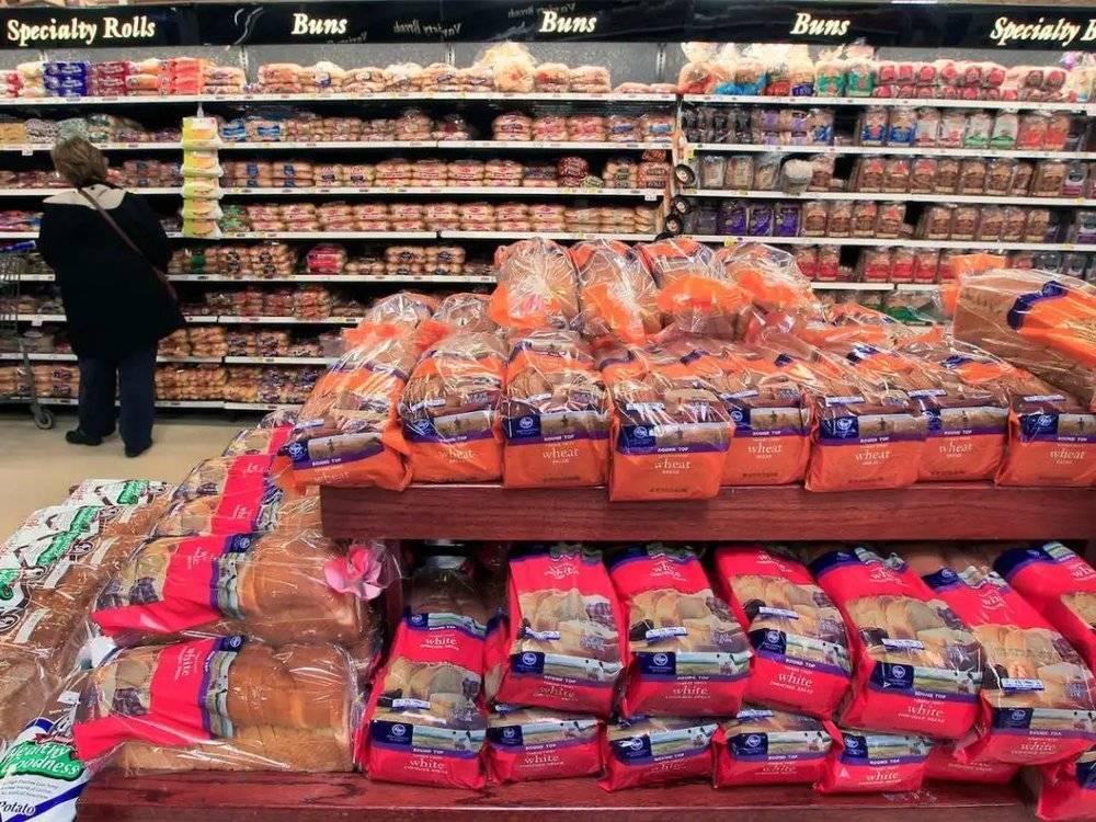 超市里的面包琳琅满目,图片来源:Insider