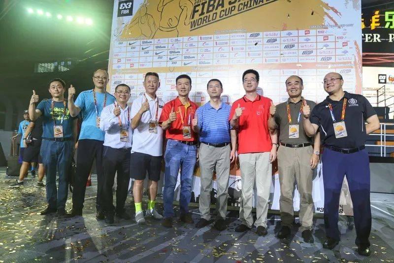 ▲劲浪体育董事长赵瑜(左四)出席2017年国际篮球3x3 U18世界杯活动。<br>