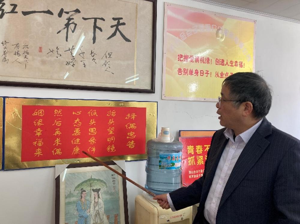 李继延为记者介绍婚介所的成功秘籍与过往成就。