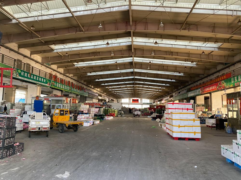 一级批发商的摊位,菜品都已经被成箱打包好。拍摄/刘以秦<br>