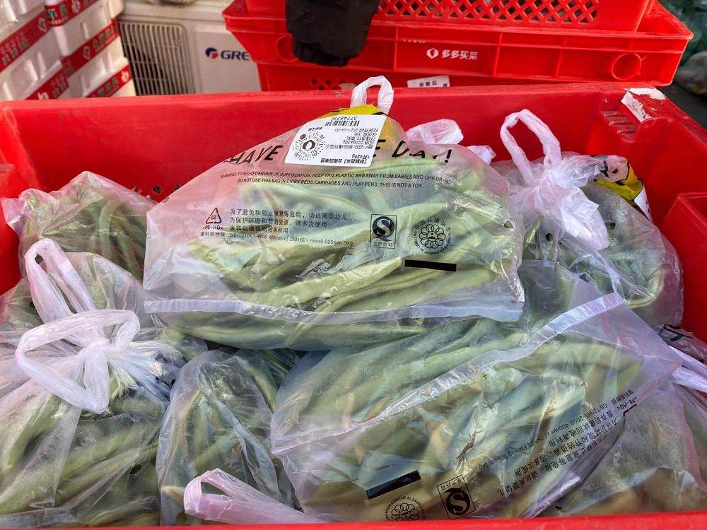 菜品被分拣打包后,准备送往多多买菜的仓库里。拍摄/刘以秦<br>