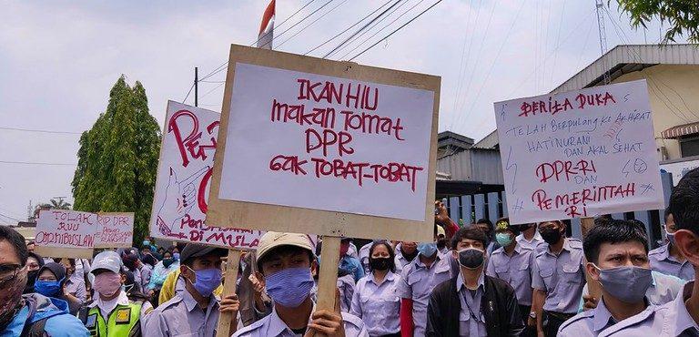 抗议国会和采矿法的印尼民众<br>