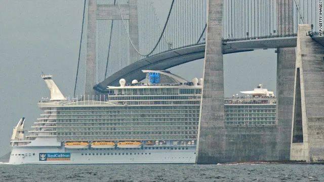海洋绿洲号擦线过大贝尔特桥。图片来源:cnn<br>