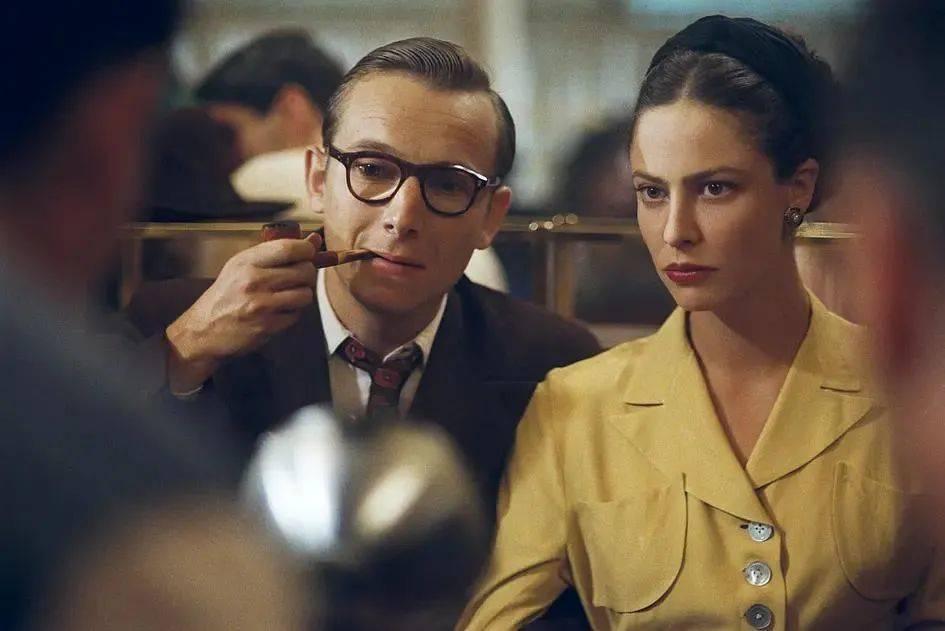 《花神咖啡馆的情人们》讲述了西蒙·波伏娃与萨特两个人极富个性的思想、情感以及生活的故事。<br>