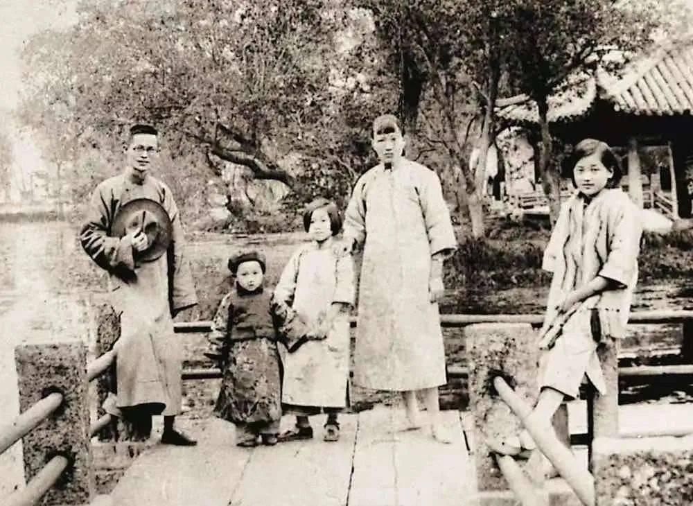 木心(左二)与父母和两个姐姐(资料图片)<br>