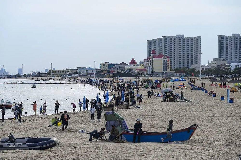 2020年10月2日,河北秦皇岛,游客、帐篷、快艇所构成的经典海滨浴场的模样,在过去可能秦皇岛给人们留下最为深刻的一个印象