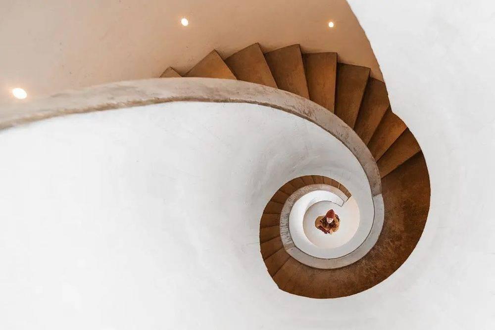 2019年12月31日,河北秦皇岛,沙丘美术馆内的旋梯
